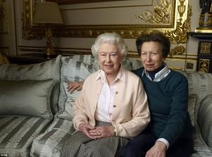 Regina Elisabetta compie 90 anni: foto in famiglia