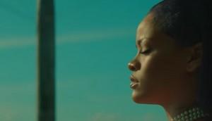 """Rihanna, vestaglia hot e pistole in """"Needed Me"""" 3"""