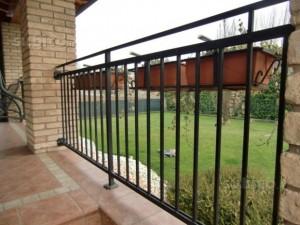 Mantova, bimbo 18 mesi su balcone: incastrato da ringhiera