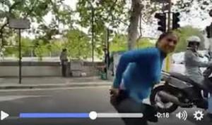 YOUTUBE Lavavetri si cala i pantaloni al semaforo perché...