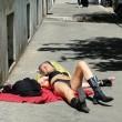 Roma, prende sole svestita su marciapiede piazza Cavour FOTO 2