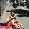 Roma, prende sole svestita su marciapiede piazza Cavour FOTO 3