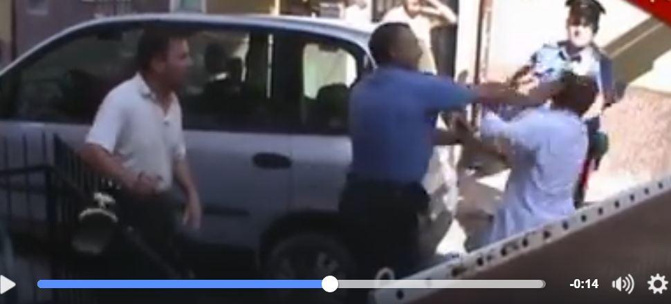 VIDEO Resiste alla rimozione dell'auto: carabiniere la prende a schiaffi03
