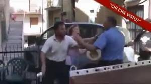 Guarda la versione ingrandita di VIDEO Resiste a rimozione auto: carabiniere la schiaffeggia