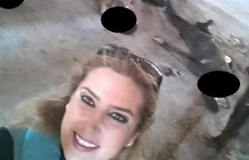 Scatta selfie coi cadaveri: giornalista siriana nei guai