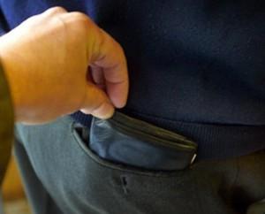 Bolzano, palpava uomini e gli sfilava portafogli: arrestata