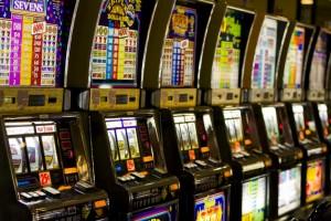 Rapina per giocare i soldi alle slot: preso in sala giochi