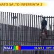 """Striscia la Notizia, """"salto dell'inferriata"""" tra migranti 4"""