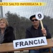 """Striscia la Notizia, """"salto dell'inferriata"""" tra migranti 5"""