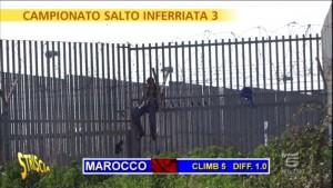 """Striscia la Notizia, """"salto dell'inferriata"""" tra migranti"""