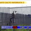 """Striscia la Notizia, """"salto dell'inferriata"""" tra migranti 8"""