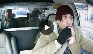 YouTube, tassista beve alla guida. Esperimento: le reazioni