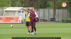 Guarda la versione ingrandita di Totti e Spalletti, sorrisi in allenamento dopo lite Bergamo (foto da video Roma Tv)