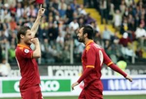 Guarda la versione ingrandita di Calciomercato Roma, Vucinic chiama Totti negli Emirati Arabi