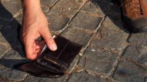 Trova portafogli nel centro rifiuti: addetto lo restituisce