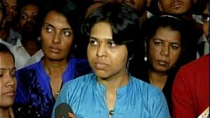 Guarda la versione ingrandita di India, femminista varca porta tempio, brahmini la picchiano