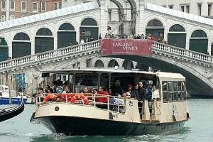 Venezia, troppi turisti. Vaporetti, salgono prima residenti