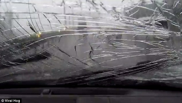 Blocco ghiaccio rompe parabrezza ad auto in transito5
