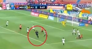 L'arbitro spiazza il portiere e segna. E convalida