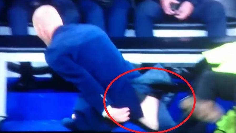 Benzema sbaglia, Zinédine Zidane si arrabbia e strappa i pantaloni