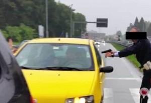 Monza, forza posto di blocco e tenta di investire poliziotti