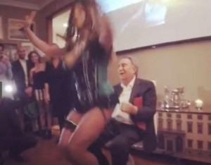 Guarda la versione ingrandita di Emilio Fede e la lap dance della drag queen Ines Rodriguez