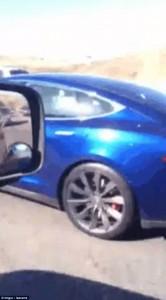 Guarda la versione ingrandita di YOUTUBE Auto che vanno da sole. Nella Tesla l'autista dorme