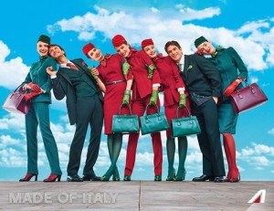 Guarda la versione ingrandita di Alitalia, nuove divise: verde lascia il posto al rosso FOTO