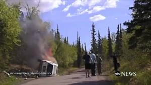 Auto ribaltata e in fiamme, drammatico salvataggio 5