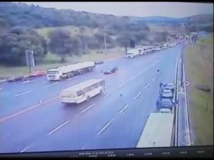Guarda la versione ingrandita di YOUTUBE Brasile, picchetto pro-Rousseff: bus sfonda barriera