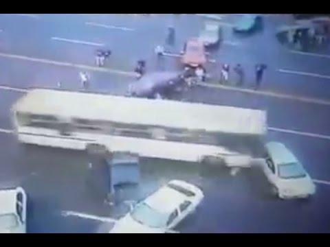 Brasile, picchetto pro-Rousseff: bus sfonda barriera3