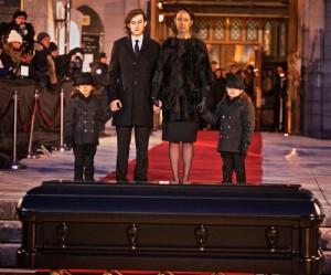 Il dolore di Celine Dion ai funerali del marito (foto Ansa)