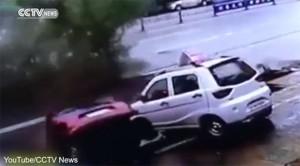 Cina, voragine inghiotte 4 auto in sosta e un albero4