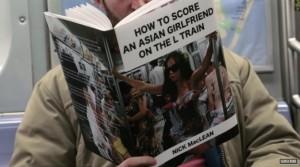 Guarda la versione ingrandita di YOUTUBE Copertine libri imbarazzanti, lo scherzo in metro