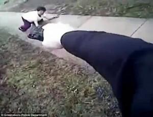 Guarda la versione ingrandita di YOUTUBE Donna corre con mannaia, poliziotto la uccide