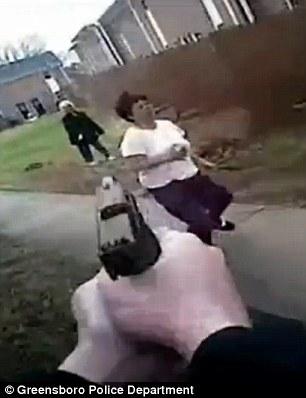 Donna corre con mannaia, poliziotto la uccide