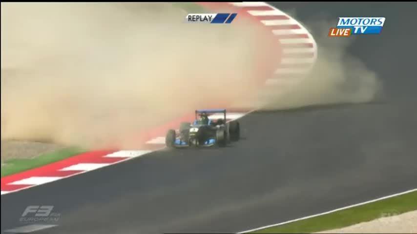 Formula 3, auto decolla dopo incidente pauroso4