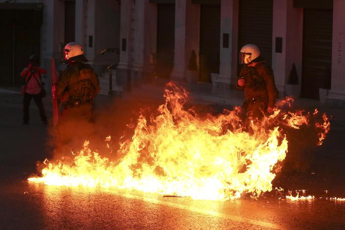 Grecia taglia pensioni, scontri FOTO austerity per aiuti 3