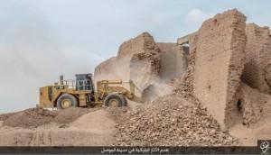Guarda la versione ingrandita di Isis distrugge con bulldozer mura antica città Ninive FOTO