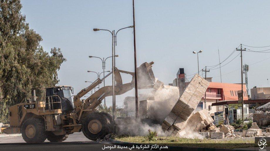Isis distrugge con bulldozer mura antica