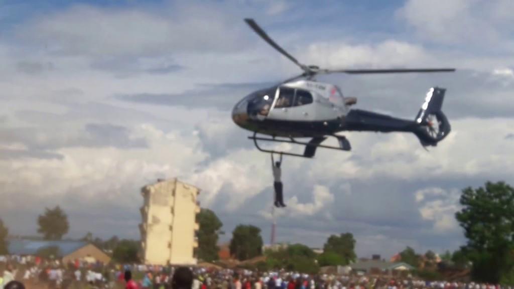 Kenya, appeso a elicottero per diverse miglia 5