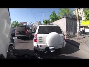 YOUTUBE Kiev, lascia la moto e insegue ladro a piedi