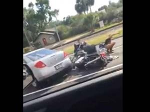 Litiga col motociclista e gli passa con la sua auto4