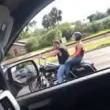 Litiga col motociclista e gli passa con la sua auto