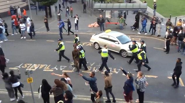 Londra, scontri al Carnevale di Luton: sei arresti 4