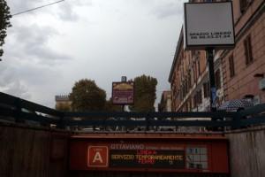 """Roma, cade nei binari della metro: """"Distratto dal tablet"""" (foto Ansa)"""