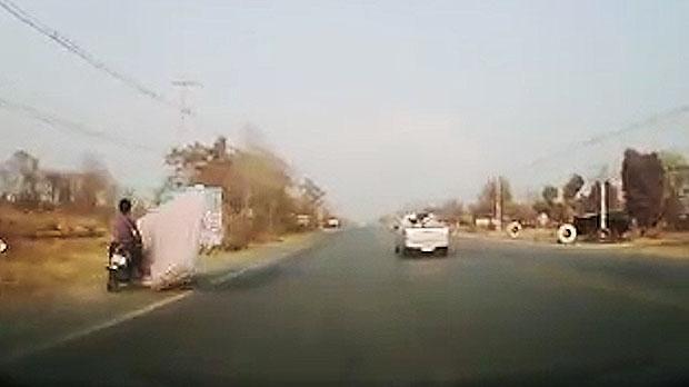 Materasso vola in strada, motociclista ci cade sopra2