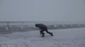 Meteorologo vola via per troppo vento5