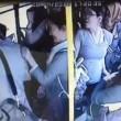 Molesta ragazza su bus, gruppo di donne lo picchia2