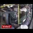 Molesta ragazza su bus, gruppo di donne lo picchia4